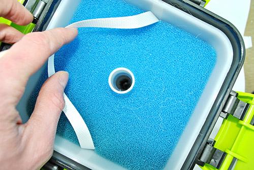 Отверстие по которому грязная вода поступает на дно фильтра.